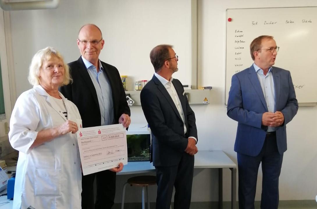Scheckübergabe im Grünen Labor – Stiftungen der Salzlandsparkasse übernehmen Fahrtkosten