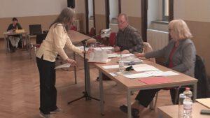 1.147 Unterschriften zum Erhalt der Stadtbibliothekarin dem Stadtrat übergeben