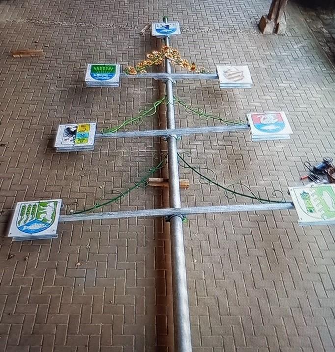 Read more about the article Es ist geschafft: Aufstellen des Seeländer Wappenbaums am Samstag, 09.10. ab 10 Uhr -> Bilder vom ersten Probestellen